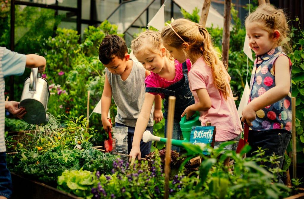 Kitakoch_Blog Bio Erlebnisbauernhof_Kinder im Garten