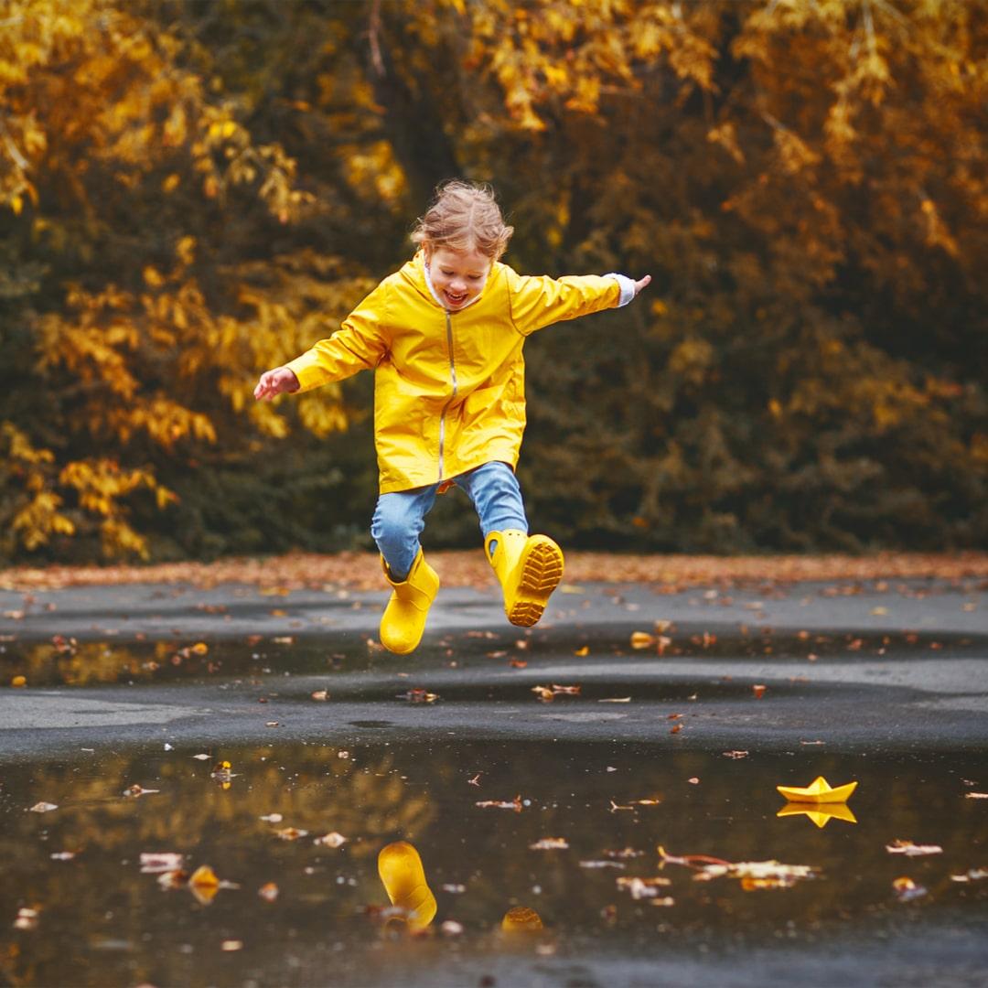 Mädchen Pfütze Herbst