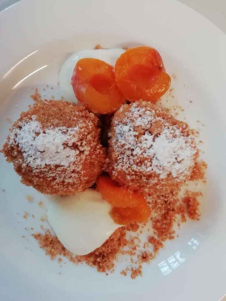 Aprikosen (Marillen) Knödel mit Butterbrösel